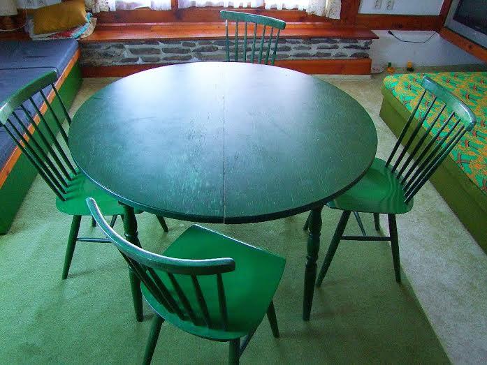 67adb46d734 Kulatý jídelní stůl + 4 židle